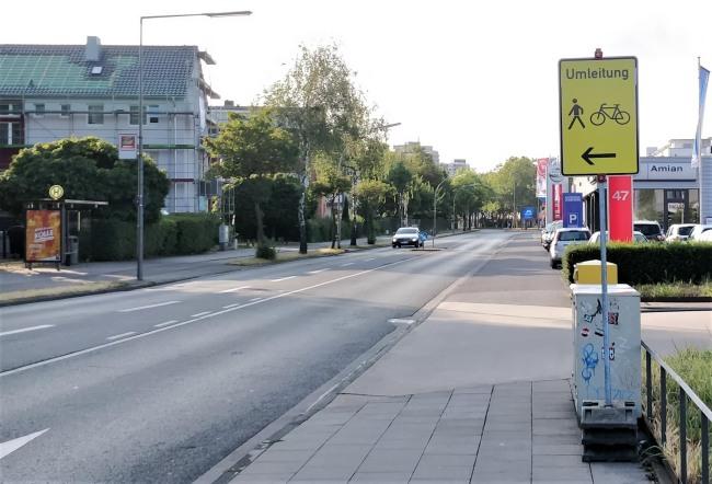 Ein Baustellenschild auf dem Radweg - die Baustelle ist schon lange abgeräumt